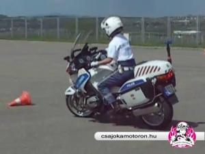 Fenyvesi Judit c. r. főtörzsörmester bemutatja a motoros vezetéstechnikai pályát