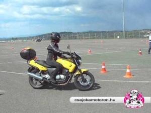 Papírcica bepörgött a vezetéstecnikai tréningen
