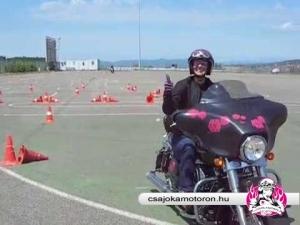 Szabályos nyolcas végrehajtása Harley-Davidson Street Glide-dal