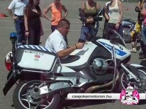 Motorkerékpár felállítási gyakorlat a Csajok a motoron 10. Jubileumi vezetéstechnikai tréningjén