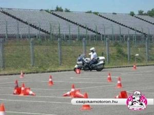 Szűkülő szlalom bemutatása a Csajok a motoron 10. jubíleumi vezetéstechnikai tréningjén