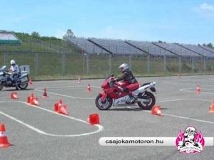 Nyolcas végrehajtása a Csajokamotoron.hu 10. jubileumi vezetéstechnikai tréningjén
