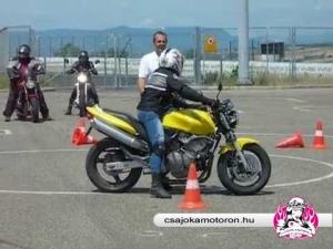 Bójakörön belül kőrözés motorkerékpárral a Csajokamotoron.hu vezetéstechnikai tréningjén